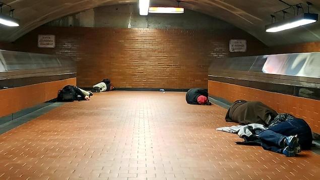 Des sans abris couchés dans la station de métro Lucien-L'Allier.