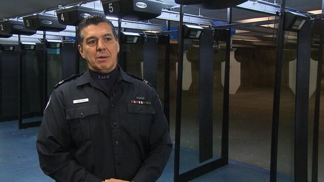 Le coordonnateur et instructeur à la formation policière autochtone de l'École nationale de police du Québec, Ivan Gray, se tient debout dans son uniforme.