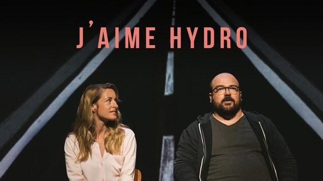 L'actrice Christine Beaulieu et l'acteur Mathieu Gosselin assis sur une chaise sur scène.