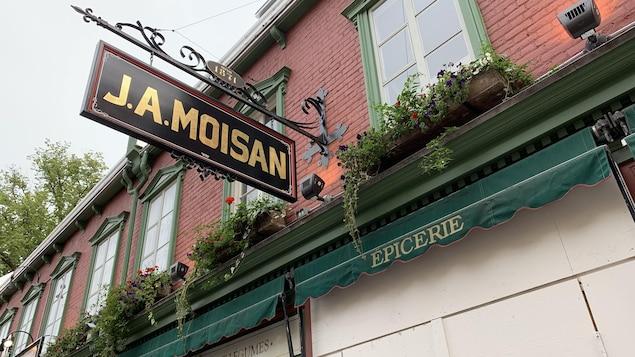 L'enseigne de l'épicerie J.A. Moisan, sur la rue Saint-Jean à Québec
