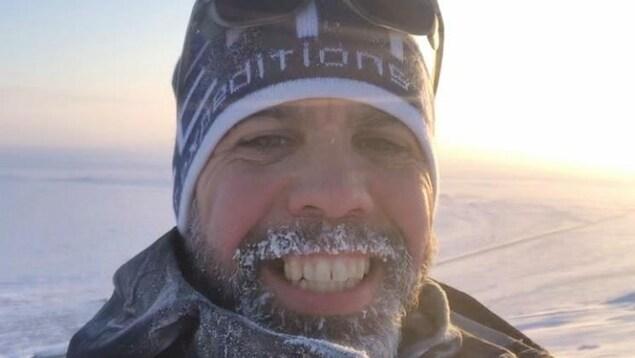 De la glace s'est formée dans la barbe de Jacob Racine.