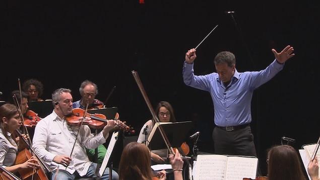 Jacques Lacombe dirige l'Orchestre symphonique de Trois-Rivières