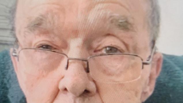 Un homme âgé portant des lunettes