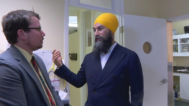 Adrian Edgar et Jagmeet Singh dans la clinique.