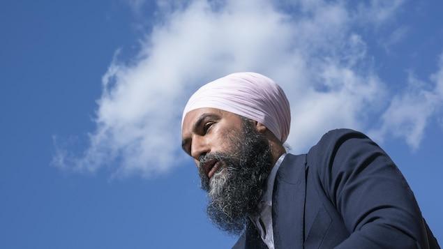 Jagmeet Singh en contre-plongée. Derrière lui, le ciel.