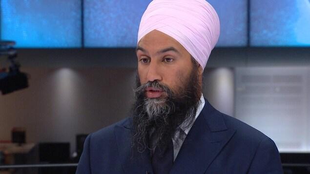 Jagmeet Singh en entrevue sur le plateau du Téléjournal.