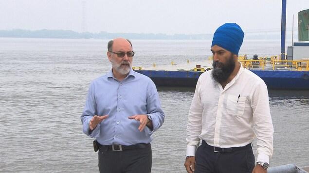 Robert Aubin et Jagmeet Singh qui parlent devant le fleuve Saint-Laurent