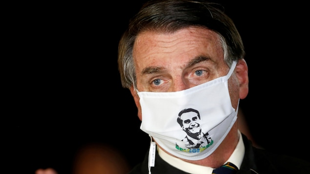 M. Bolsonaro portant un masque à son effigie.