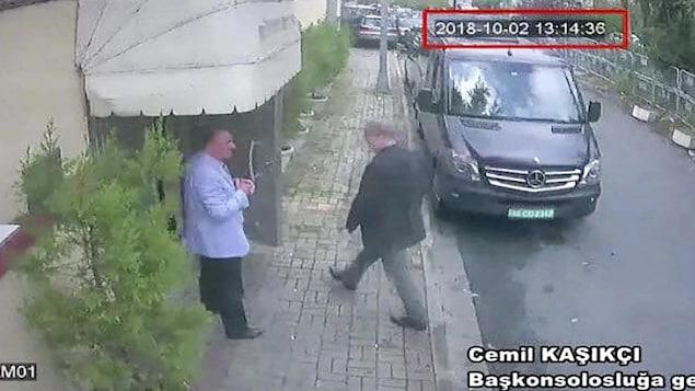 Jamal Khashoggi se prépare à entrer dans un édifice.