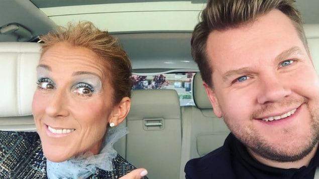 Céline Dion et James Corden assis côte-à-côte sur les sièges avant d'une voiture.