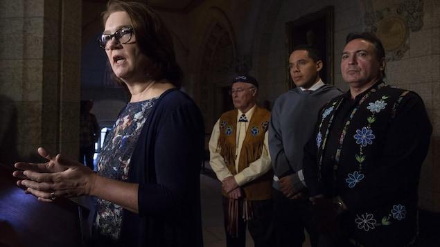 La ministre des Services aux Autochtones, Jane Philpott, entourée de représentants des Premières Nations, des Inuits et des Métis, répond à une question à Ottawa, le vendredi 30 novembre 2018.