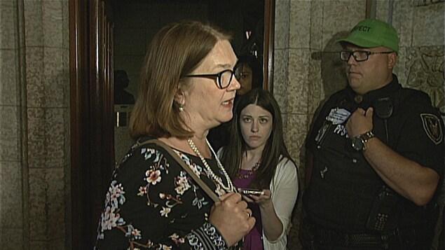 Jane Philpott répond aux questions des journalistes.