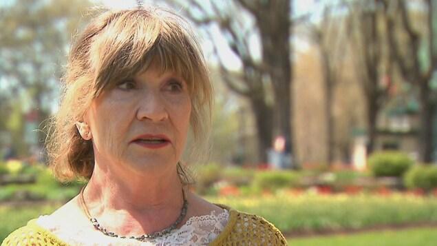 Janette Ratté en entrevue dans un parc.