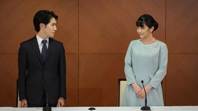 Si Mako at Kei Komuro sa isang news conference.