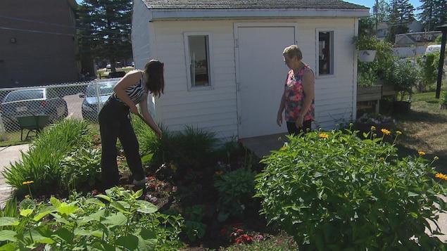 Frédérique et Madeleine dans le jardin.