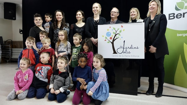 Une dizaine d'enfants posent pour la caméra, accompagnés de Mary-Ève Gauvin,