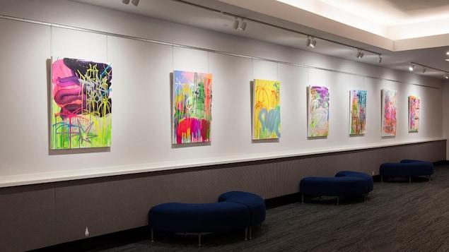 exposition de toiles colorées