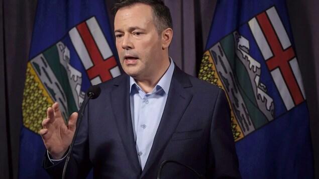 Le premier ministre de l'Alberta lors d'un discours.