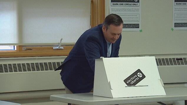 Le chef conservateur en train de remplir son bulletin de vote.