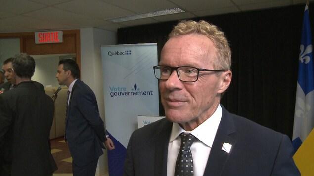 Jean Boulet accorde une entrevue à Radio-Canada en marge d'une conférence de presse tenue à Drummondville.