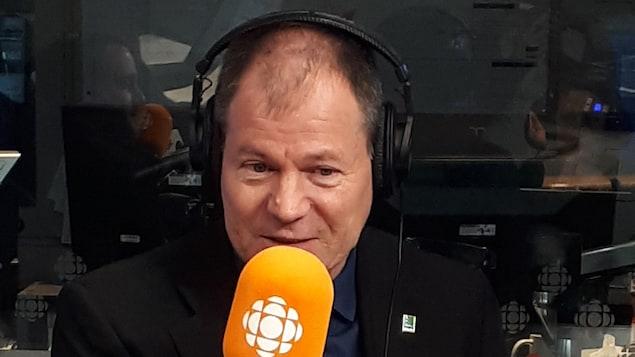 Le candidat Jean-François Aubin au micro de l'émission Facteur matinal