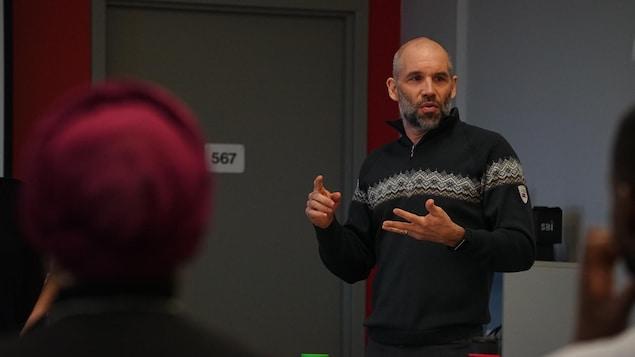 Jean-François Cantin répond aux questions d'étudiants internationaux venus visiter les installations de l'entreprise SBI.