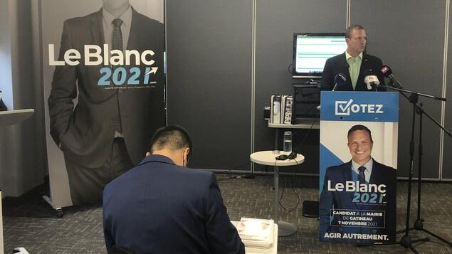 Debout face à des micros, le candidat aux municipales pour la ville de Gatineau Jean-François LeBlanc s'adresse aux journalistes lors d'une conférence de presse.