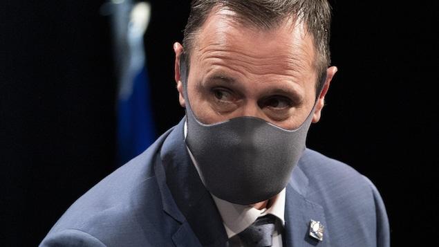 Plan rapproché de Jean-François Roberge, qui porte un masque.