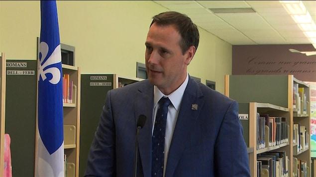 Jean-François Roberge lors d'une conférence de presse dans une bibliothèque d'une école.