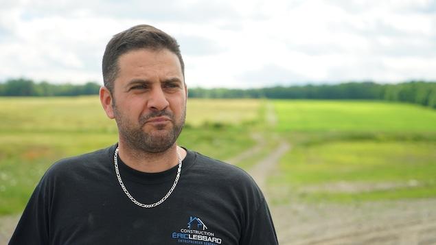 Jean-Gabriel Fortier accorde une entrevue à Radio-Canada à l'extérieur.