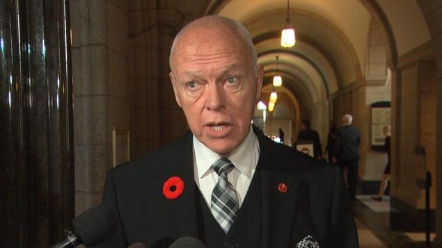 Le sénateur Jean-Guy Dagenais durant un point de presse.