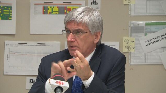 Jean Hébert répond aux questions des journalistes.