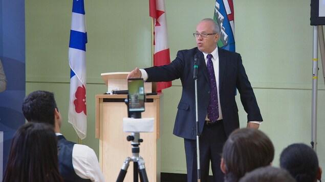 Jean Johnson donne un discours.