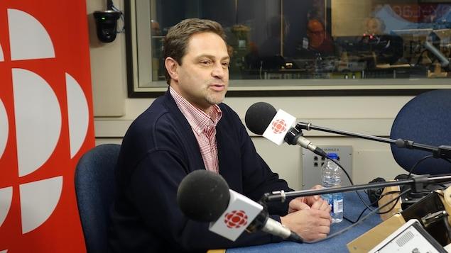 Jean-Luc Roberge en entrevue dans un studio radio