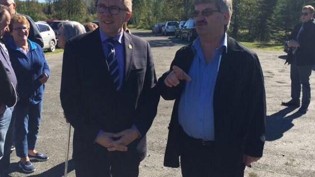 Le maire Jean-Marc Belzile en discussion avec l'ex député Jean d'Amour.