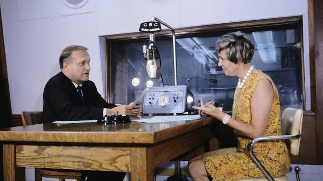 Jean Mathieu et Andréanne Lafond, face à face dans un studio radio.