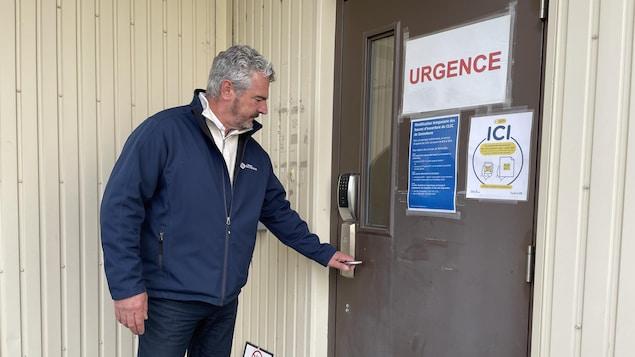 Jean-Maurice Matte tente d'ouvrir une porte.