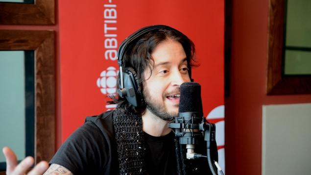 Jean-Pierre Gravel en entrevue dans les studios de Radio-Canada en Abitibi-Témiscamingue.