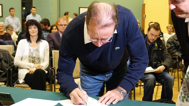 Le conseiller de la Ville de Matane au poste no 2, Jean Pierre Levasseur appose sa signature sur les documents d'assermentation