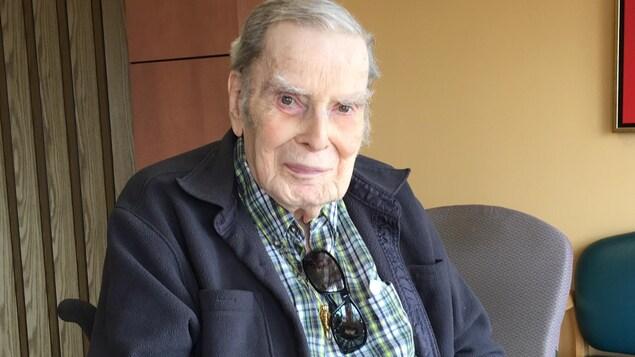 Jean-Roger Périard, bénéficiaire des résidences Lucien Saindon, est heureux de l'ajout des nouveaux fauteuils autobloquants.
