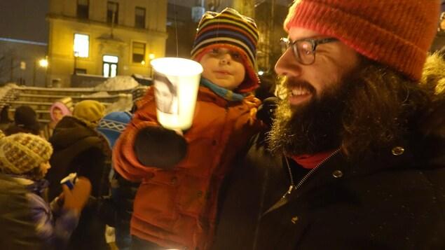 Jean-Thomas Courchesne avec l'un de ses enfants lors de la centième vigile pour Raif Badawi à Sherbrooke