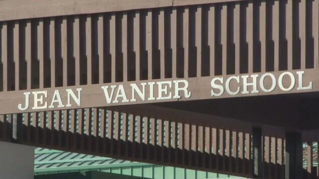Plan serré de l'affiche de l'École Jean Vanier de Regina.