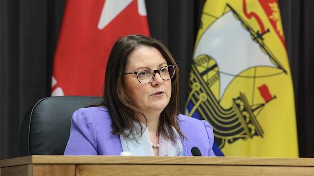 La médecin hygiéniste en chef du Nouveau-Brunswick, la Dre Jennifer Russell, lors d'un point de presse sur la COVID-19 le 15 avril 2021.