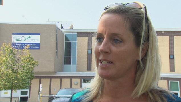 Jennifer St. Pierre en entrevue avec CBC devant la succursale de Greenboro