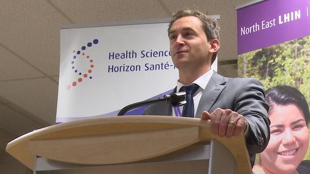 L'homme fait un discours lors de l'annonce de financement.