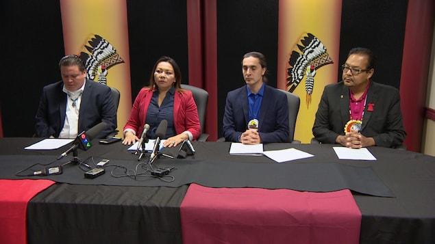 De izquierda a derecha: Jerry Daniels (Gran Jefe de la Organización de Jefes del Sur de Manitoba), Sheila North Wilson (Gran Jefe de Manitoba Keewatinowi Okimakanak), Arlen Dumas (Gran Jefe de la Asamblea de Jefes de Manitoba) y Kevin Hart (Jefe Regional de la Asamblea de Primeras Naciones de Manitoba).