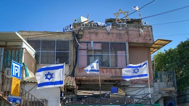 Des drapeaux israéliens devant une maison.