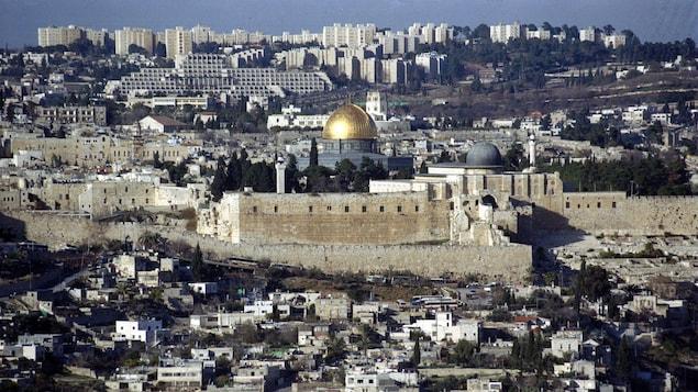 منظر عام لمدينة القدس ويبدو في وسطه مسجد قبّة الصخرة وحائط المبكى في الجزء الشرقيّ من المدينة الذي احتلّته إسرائيل عام 1967 وضمّته عام 1980.