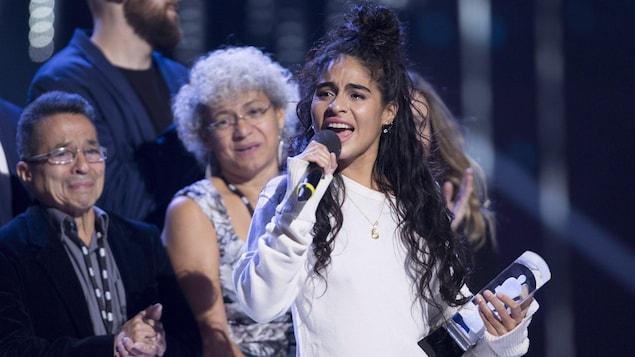 La chanteuse Jessie Reyez reçoit son prix Juno de la révélation de l'année sur scène.