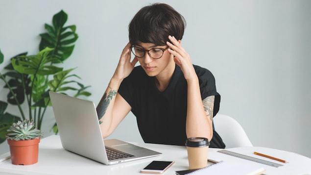 Femme devant un ordinateur portable.